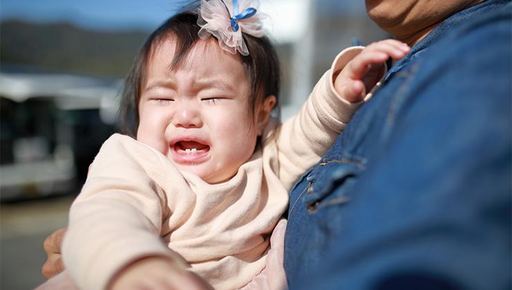 赤ちゃんを抱っこしても泣き止まない理由とは?メカニズムと対処法をていねいに解説
